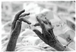 Nederland, Amstelveen, 2 juli 2002 The Netherlands, Grandma Mulder-Nadort choose herself to stop eating (and drinking the last four days), she died after 52 days. She was looked after by her family in her own house. Oma Mulder-Nadort stierf op 89 jarige leefdtijd in haar eigen vertrouwde omgeving. Ze werd bijgestaan door haar dochter Hetty en zoon Hans. Oma koos zelf om te sterven door geen voedsel meer tot zich te nemen. Dit heeft ze 52 dagen volgehouden. De laatste 4 dagen dronk ze ook geen water meer. Oma was altijd goed ter been en woonde nog vrij zelfstandig thuis. Ze had nog nooit naar het ziekenhuis gehoeven, nooit een dokter gezien. Ze kende haar eigen huisarts niet. Totdat ze ten val kwam en bedlegerig werd. Oma wilde niet naar een verpleegtehuis. Haar dochter Hetty nam de verzorging op zich en twee maal daags kwam de wijkverpleging helpen met wassen. Uiteindelijk stierf Oma een zachte dood op 2 juli 2002 0m 20.35 uur. Ze kon terug kijken op een goed leven. Foto: Henk Braam/Hollandse Hoogte